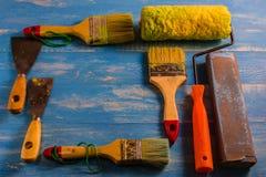 Покрасьте аксессуары на деревянном столе Cyan Стоковое Изображение