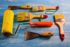 Покрасьте аксессуары на деревянном столе Cyan Стоковые Фотографии RF