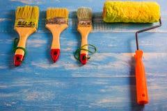 Покрасьте аксессуары на деревянном столе Cyan Стоковые Фото