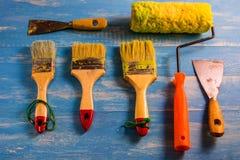 Покрасьте аксессуары на деревянном столе Cyan Стоковое Фото