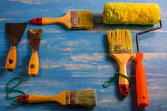 Покрасьте аксессуары на деревянном столе Cyan Стоковые Изображения
