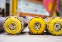 Покрасьте брызг для желтого цвета цвета граффити стоковое фото