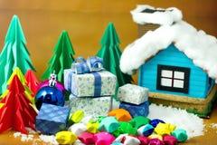 Покрасьте бумагу подарочной коробки и звезды на снеге с полем рождества Стоковое фото RF