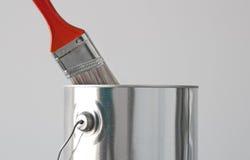 Покрасьте ведро и красный paintbrush стоковое изображение