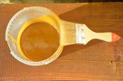 Покрасьте ведро с кистью, цветом палитры и краска может древесина стоковое изображение rf
