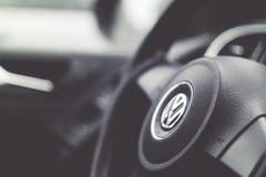 Покрасьте изображение рулевого колеса внутри автомобиля стоковое изображение rf