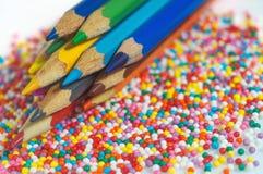 Покрасьте карандаши на предпосылке конца-вверх шариков текстуры пестротканого Установите для творческих способностей и развития ` стоковое изображение rf