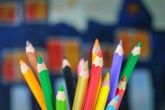 покрасьте карандаши чертежа на детях рисуя предпосылку Стоковые Фото
