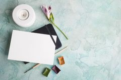 Покрасьте краску brushe, пурпура, желтых и зеленых акварели Стоковое Фото