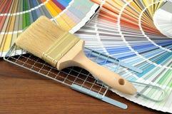 Покрасьте образец на таблице с paintbrush стоковое изображение rf