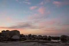 Покрасьте образования облака на заходе солнца над водой стоковая фотография rf