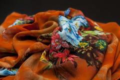 Покрасьте оранжевое textil, silk ткань с pleats стоковая фотография rf
