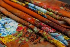 Покрасьте оранжевое textil, silk ткань с pleats стоковое изображение rf