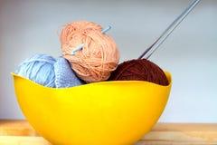 Покрасьте пасма пряжи шерстей, вязать игл и крюка вязания крючком в большом желтом шаре Стоковая Фотография RF