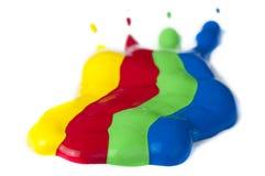 Покрасьте покрыно на бумаге. Красные, зеленые, голубые и желтые цветы. стоковое фото rf