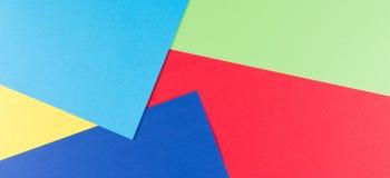 Покрасьте предпосылку состава геометрии бумаг плоскую с желтыми, зелеными, красными и голубыми тонами Стоковые Изображения RF