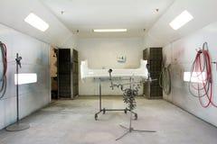 Покрасьте ремонтную мастерскую автомобиля комнаты стоковое фото rf
