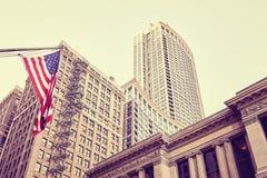 Покрасьте тонизированные здания и флаг Соединенных Штатов в Чикаго Стоковое Изображение RF