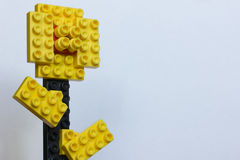 Покрасьте цветок от пластичных блоков изолированных на белизне Стоковое Фото