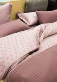покрасьте чистые одеяла и подушки на кровати Стоковые Изображения RF