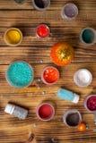Покрасьте чонсервные банкы, яркие блески, помадки для делать пасхальные яйца, фотографию еды Стоковая Фотография
