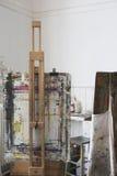 Покрасьте Splattered мольберты в студии искусства стоковое фото rf