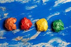 Покрашенная бумага на голубой абстрактной предпосылке Концепция Идея для lif Стоковое Изображение