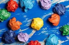 Покрашенная бумага на голубой абстрактной предпосылке Концепция Идея для lif Стоковое Фото
