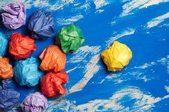 Покрашенная бумага на голубой абстрактной предпосылке Концепция Идея для lif Стоковое Изображение RF