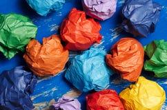 Покрашенная бумага на голубой абстрактной предпосылке Концепция Идея для lif Стоковые Фотографии RF