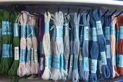 Покрашенная вышивка потока для вышивки и стежка вышивки перекрестного Стоковые Фото