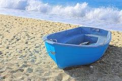 Покрашенная голубая шлюпка стоковое фото rf