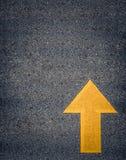 Покрашенная желтая стрелка дороги Стоковые Фотографии RF