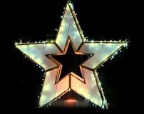Покрашенная звезда рождества освещают и центр города орнаментов внутри Бухареста Стоковые Изображения
