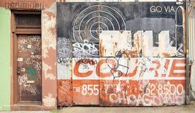 Покрашенная и graffitied дверь гаража в Dumbo, Нью-Йорке Стоковое Изображение RF