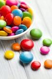 Покрашенная конфета в белом шаре Стоковые Изображения RF