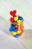 Покрашенная конфета с сердцем в стеклянном опарнике Стоковые Фотографии RF