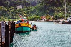 Покрашенная маленькая лодка около пристани на острове Phi Phi в Таиланде Стоковая Фотография