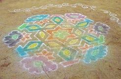 Покрашенная мандала покрашена на песке или на том основании Индия, th Стоковое Изображение RF