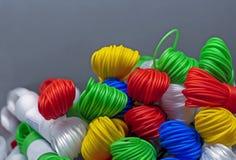 Покрашенная пластиковая веревочка Пестротканые пластиковые провода в пачках стоковая фотография