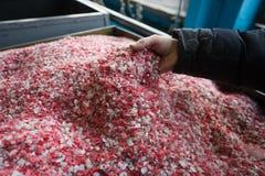 Покрашенная пластмасса раздробила мякиш на заводе для обрабатывать и стоковое фото