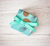 Покрашенная подарочная коробка с лентой, символом праздника Стоковая Фотография