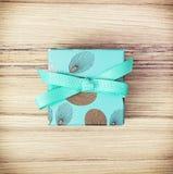 Покрашенная подарочная коробка с лентой, символом праздника Стоковое Фото