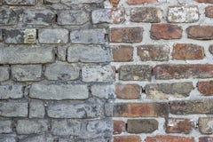 Покрашенная половиной текстура кирпичной стены стоковое изображение rf