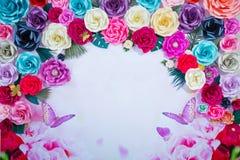 Покрашенная предпосылка цветка для записи Рамка сделанная из высушенных покрашенных цветков на белой предпосылке скопируйте космо Стоковые Фото