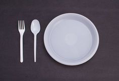 покрашенная предпосылкой белизна устранимого tableware пластмассы стекел вилок установленного прозрачная Стоковые Изображения RF