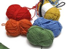 Покрашенная пряжа изолировала на белой предпосылке crochet r стоковые фото