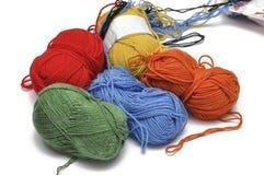 Покрашенная пряжа изолировала на белой предпосылке crochet r стоковое изображение rf