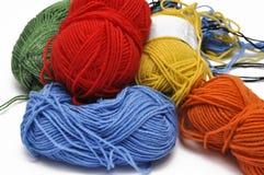 Покрашенная пряжа изолировала на белой предпосылке crochet r стоковые изображения