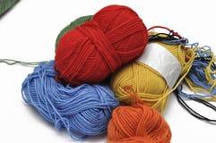 Покрашенная пряжа изолировала на белой предпосылке crochet r стоковая фотография
